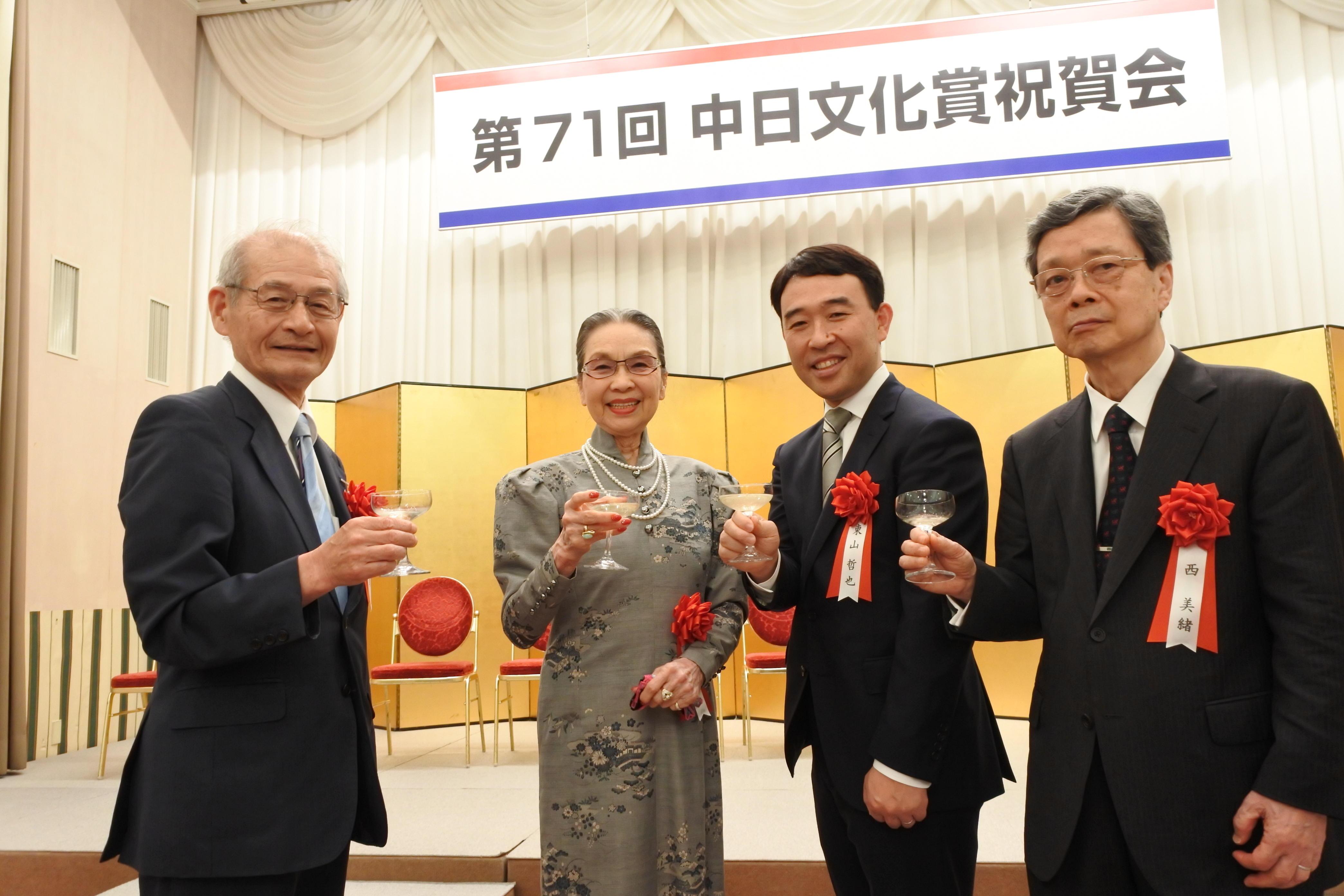 他の受賞者と乾杯する吉野教授(左端)、西さん(右端)