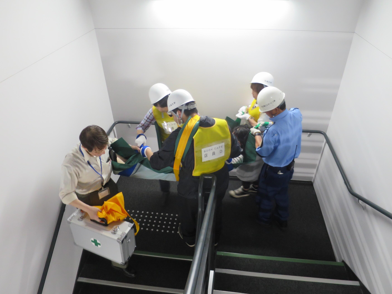 負傷者の搬送訓練をする自衛消防隊のメンバー