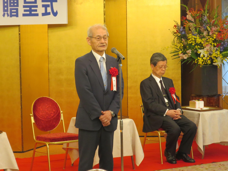 受賞者スピーチを行う吉野教授