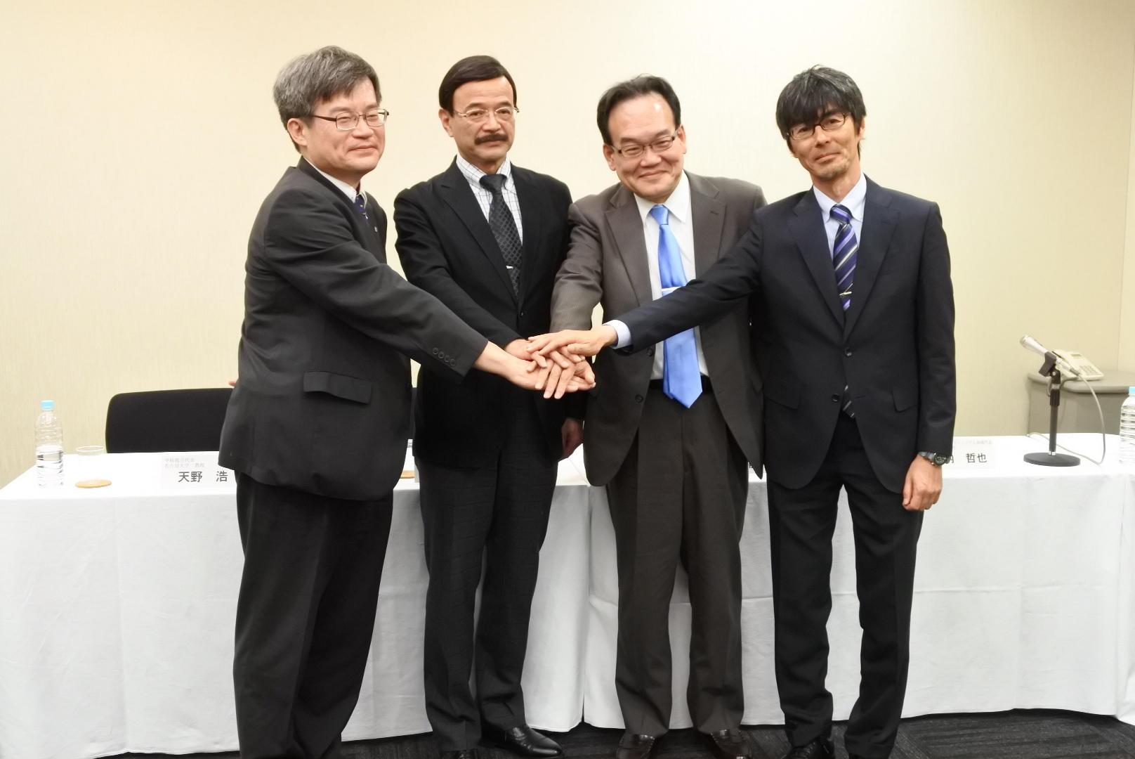 次世代半導体研究の成果を発表した竹内教授(右端)、天野教授(左端)ら