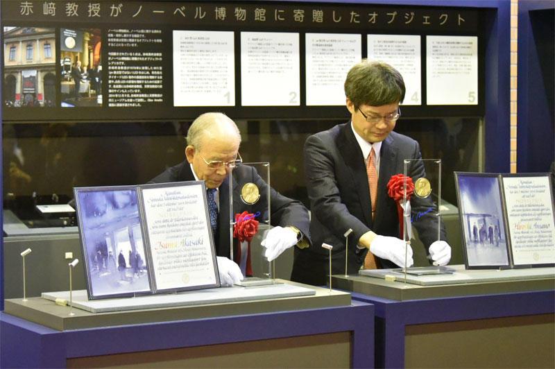 受賞メダルのレプリカを設置する赤﨑終身教授と天野教授 ⒸⓇthe Nobel Foundation
