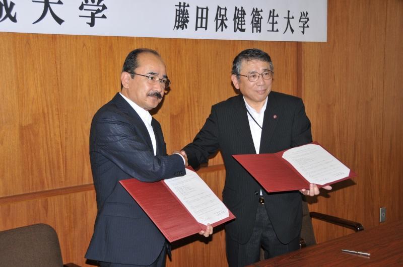 協定書に署名した吉久学長(左)と星長学長(右)