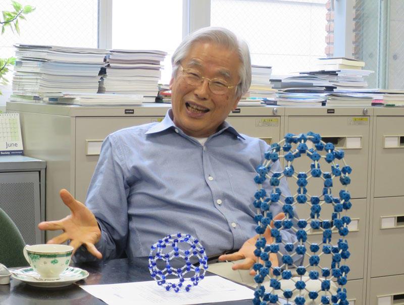 天白キャンパス研究実験棟Ⅱの研究室でカーボンナノチューブの分子模型を前に語る飯島澄男終身教授