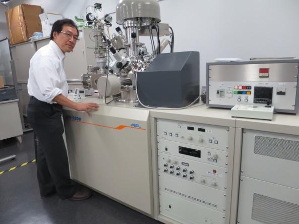 研究実験棟ⅡにあるX線光電子分光装置と丸山学科長