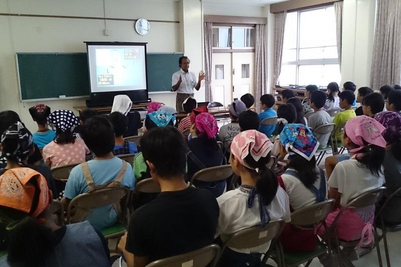 クマーラ教授の授業を聞く児童ら