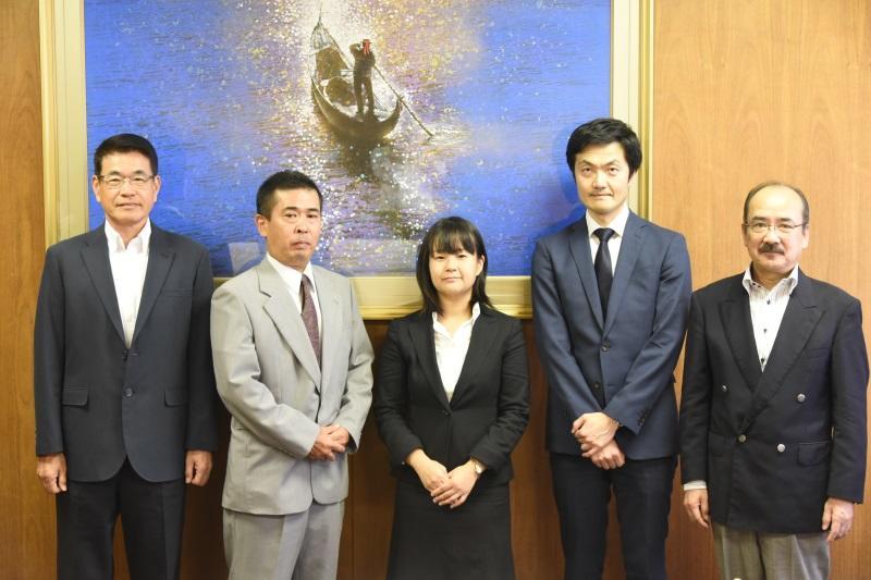(左から)日比野研究科長、山口さん、佐橋さん、伊藤さん、吉久学長