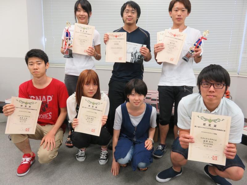 完走の認定証を手にする学生ら=名古屋工学院専門学校で