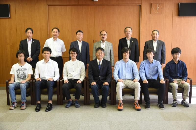 準優勝を報告した中島公平教員部長とエコノパワークラブ部員ら(前列)