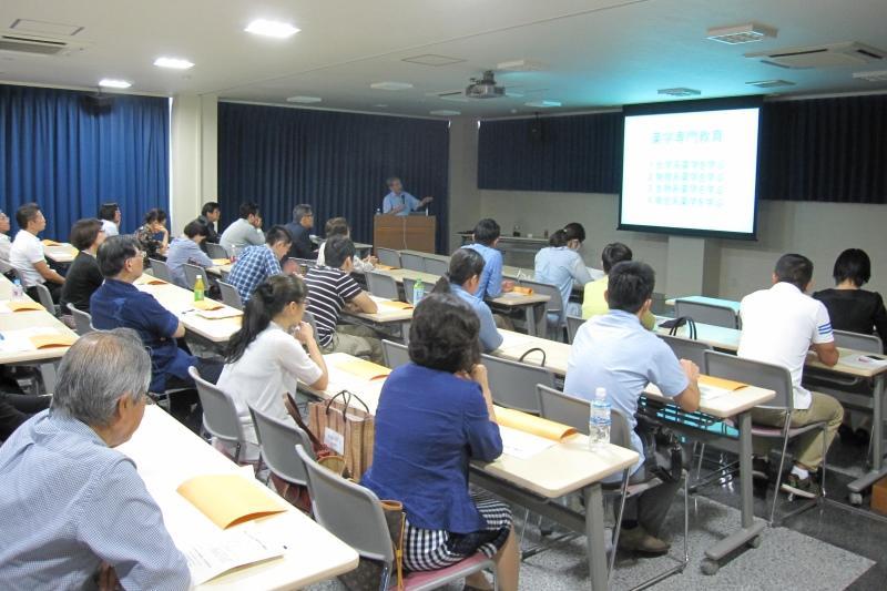 講演する原田教授=沖縄県で