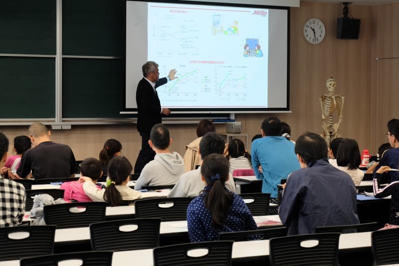 講義室で解説する内田助教