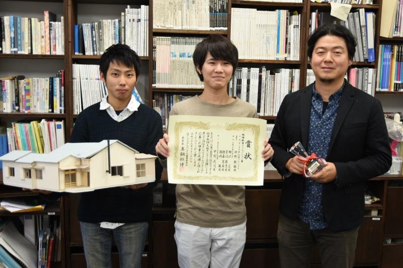 菅沼さん(真ん中)、柳沢准教授(右)