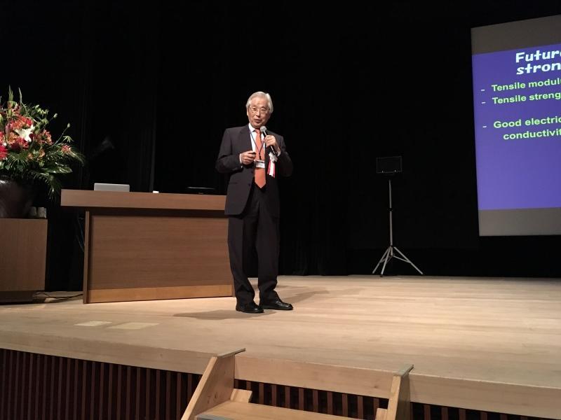 基調講演する飯島終身教授=東京都千代田区のイイノホールで