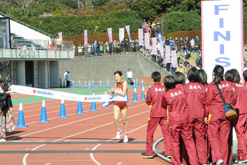 2位でゴールインする玉城かんな選手(法学部2年)=静岡県富士市の富士総合運動公園陸上競技場で
