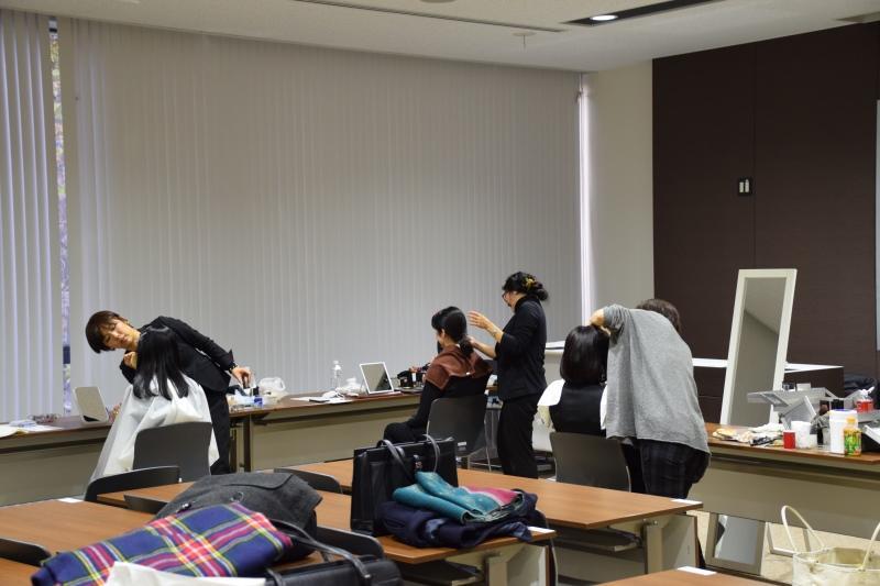 天白キャンパスの多目的室で行われた履歴書写真セミナー