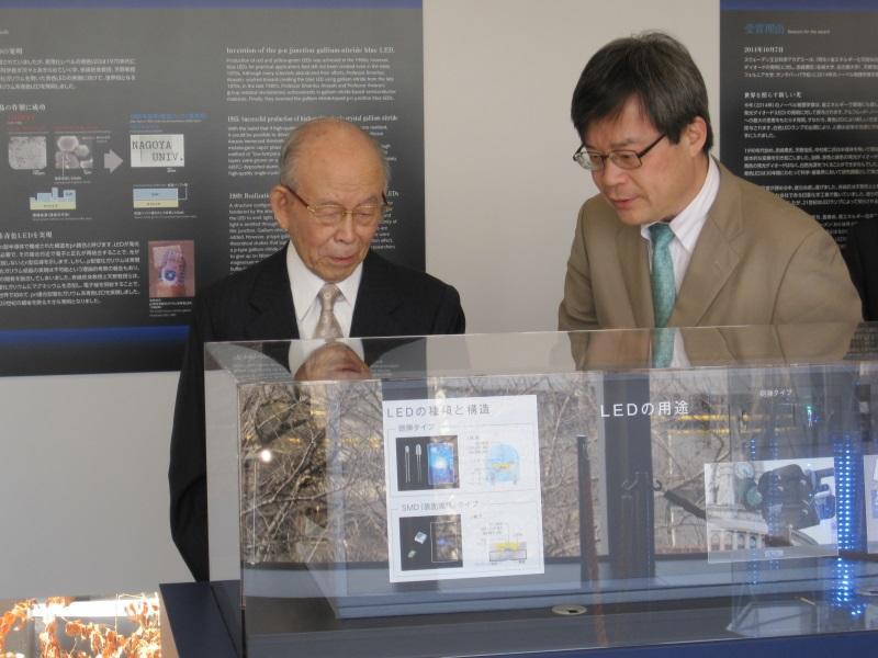 ノーベル賞関連の展示品を見る赤﨑終身教授(左)と天野特別栄誉教授=天白キャンパスの校友会館で