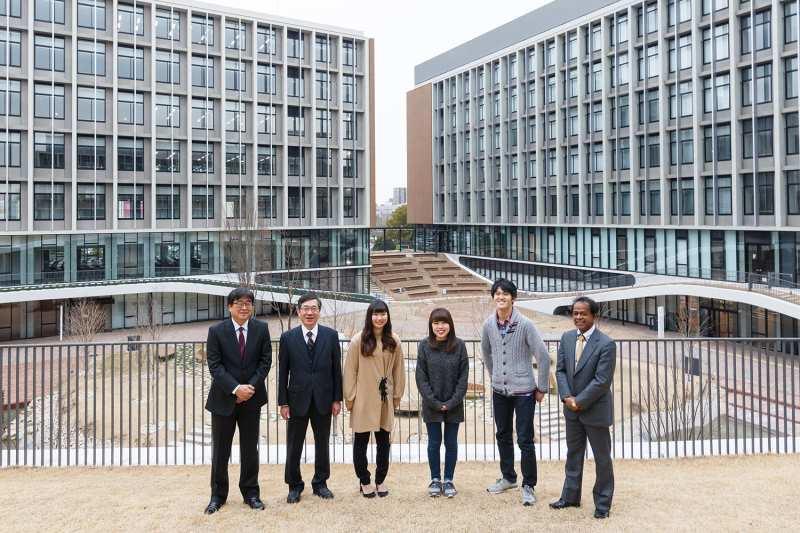 座談会を前に記念写真に納まる3学部長と学生