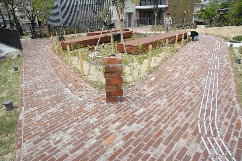 鍋屋上野浄水場の煉瓦が使われている正門アプローチ(天白キャンパス)