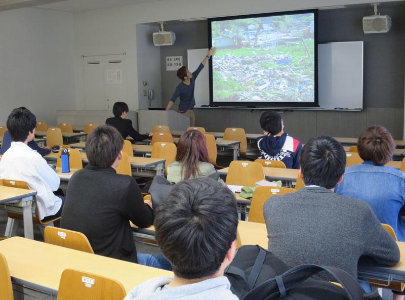 気仙沼大島でのボランティア活動の説明をするスタッフ=天白キャンパスで