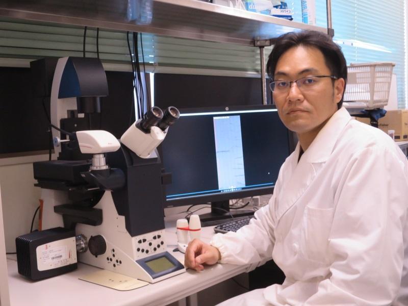 塚越准教授と蛍光顕微鏡
