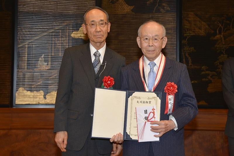 大川財団 五十嵐三津雄会長(左)と赤﨑教授