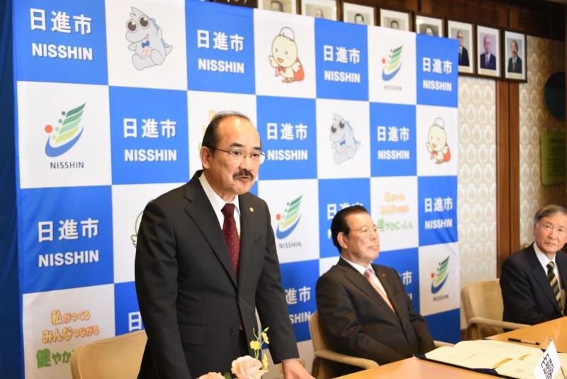 調印式で今後の連携への期待を述べる吉久学長