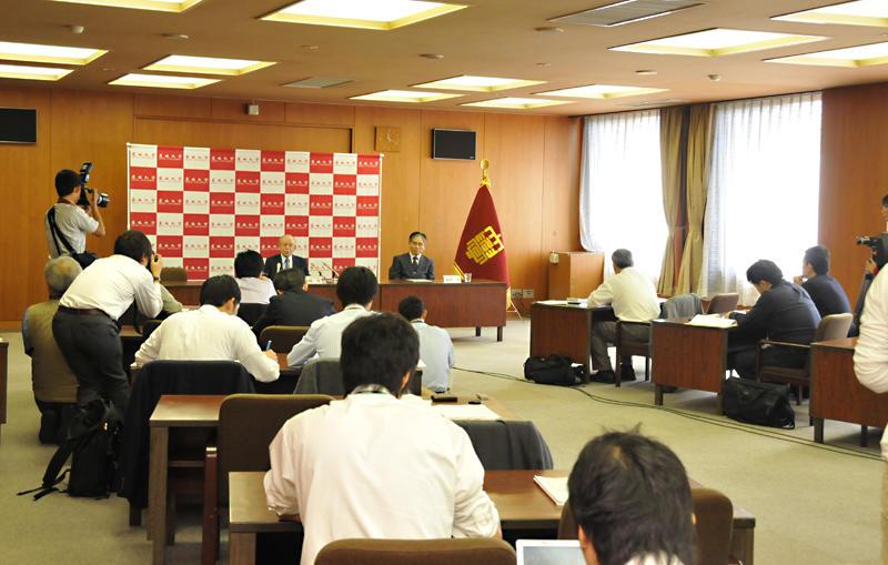 文化勲章受章の喜びを語る赤﨑教授と共同記者会見