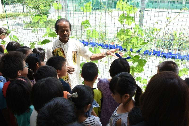 児童らにセイロン瓜の栽培のアドバイスをするクマーラ教授