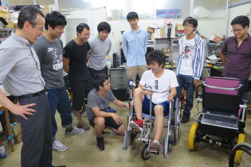 2号館で福祉機器の開発を研究する楊学科長(左端)ら