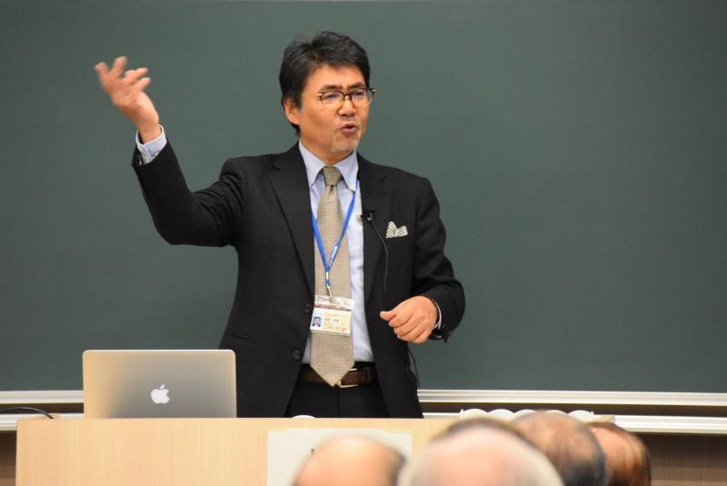 講演する岩井教授