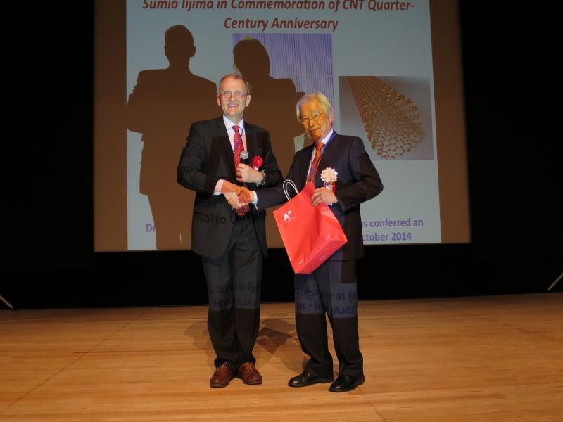 カウピネン教授(左)からサプライズのプレゼントをもらう飯島終身教授