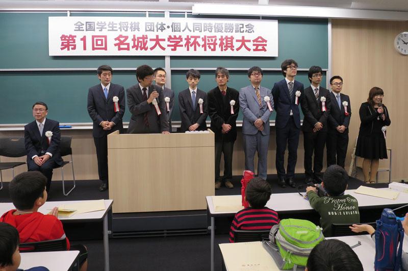 開会式で紹介を受けるプロ棋士ら(右端が中澤さん)