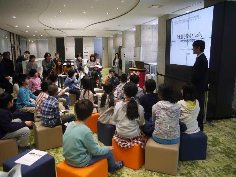 児童らに講演する竹内教授