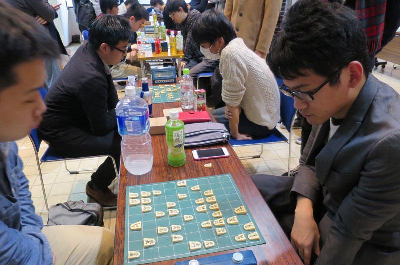 東京大学と対局する将棋部員(右)