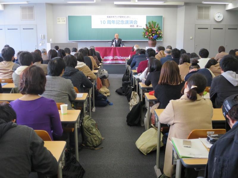 会場の講義室は満席