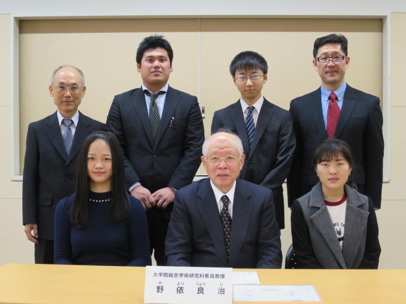 野依特任教授(前列中央)と教員、大学院生