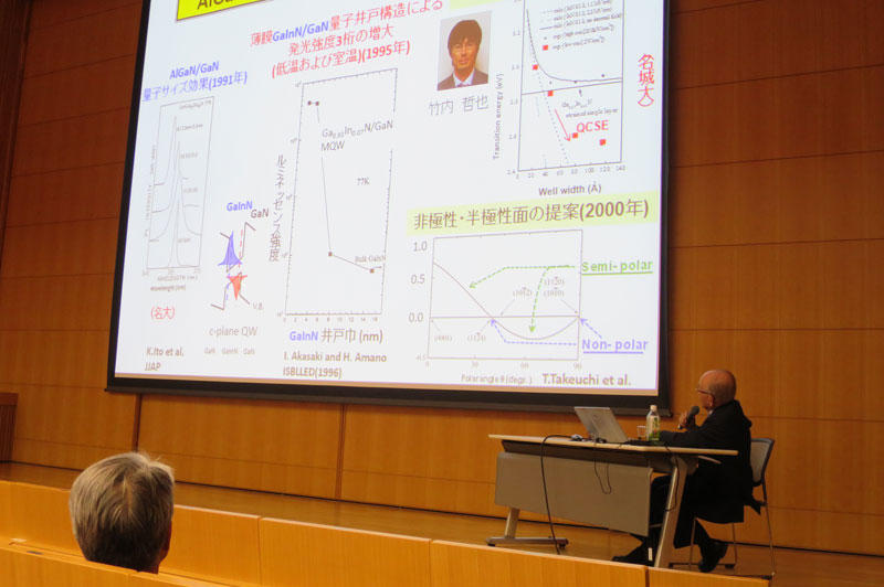 竹内教授の業績を紹介する赤﨑終身教授