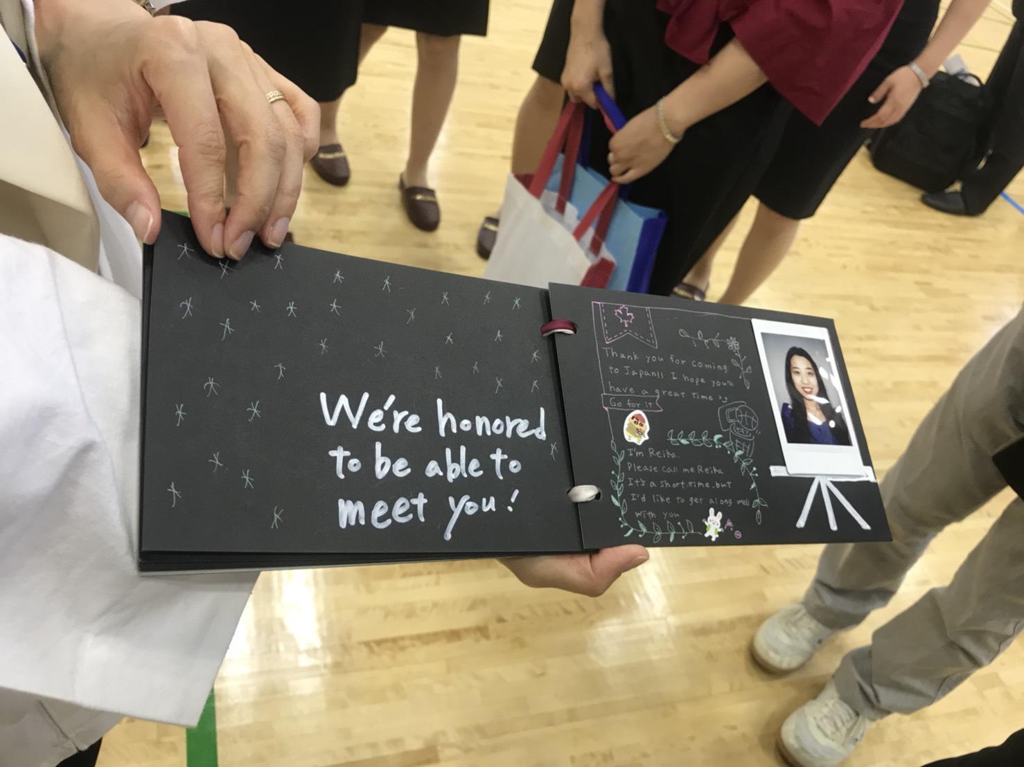 キャンパスコンシェルジュの学生が自己紹介のフォトアルバムを作成