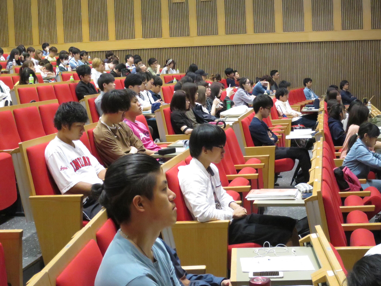 今野さんの講演を聞く経営学部の学生たち