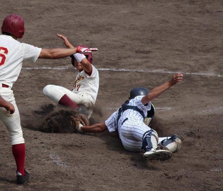 2塁ランナー古家佑樹選手(理工学部交通機械工学科2年)が同点のホームイン