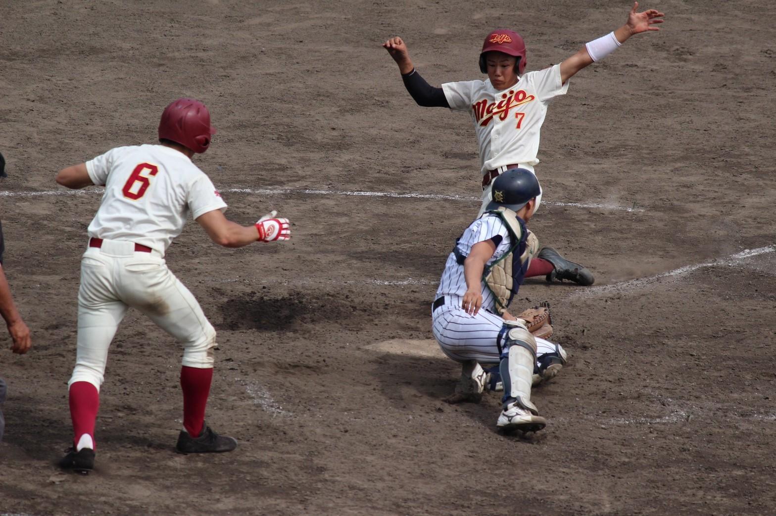 6回裏2死2塁、中野翔太選手(経営学部経営学科2年)のライト前ヒットで2塁ランナーがホームを狙う