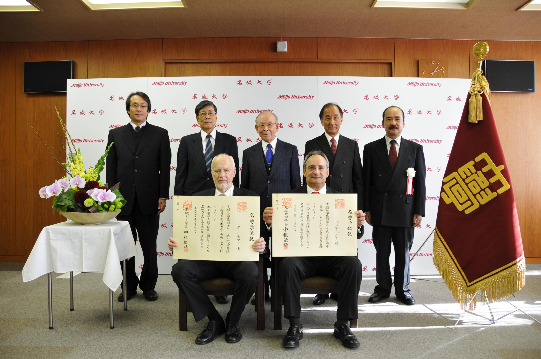 名誉学位を授与されたモネマー教授(左)とジル教授(右)