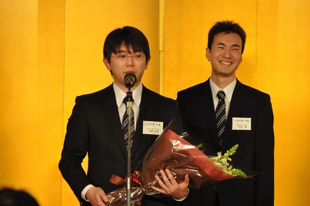 受賞式であいさつする岩間さん(左)と大地さん(1月30日、名古屋マリオットアソシアホテルで)