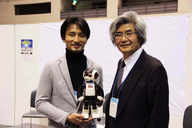 ロボットクリエーターの高橋氏(左)と大道教授