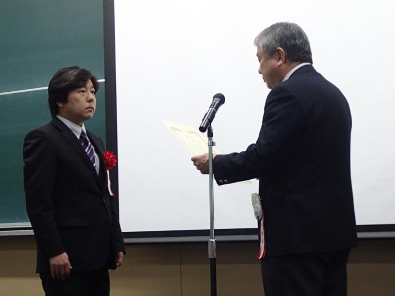 日高論文賞を受賞する和久さん
