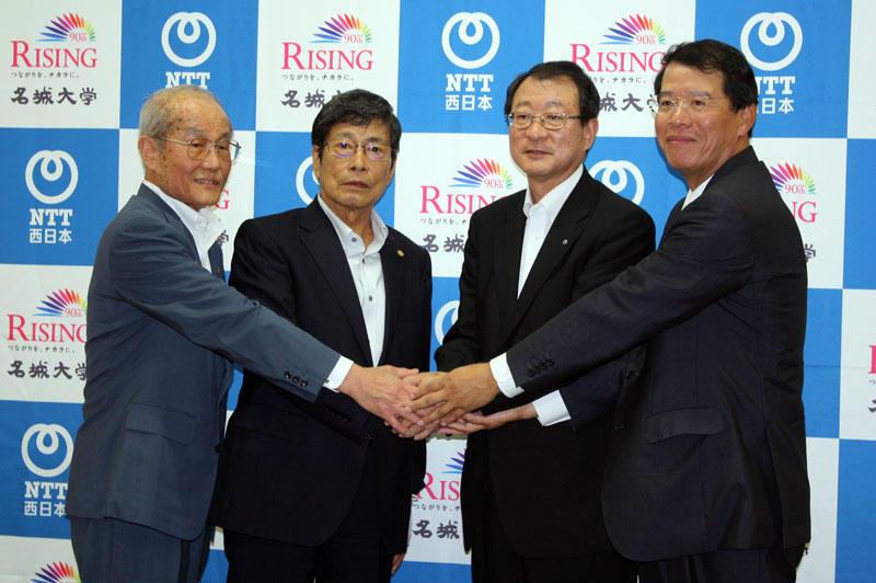 包括連携協定についての発表後、記念の握手をする(左から)小笠原理事長、中根学長、村尾社長、東田盛東海事業本部長(タワー75レセプションホールで)
