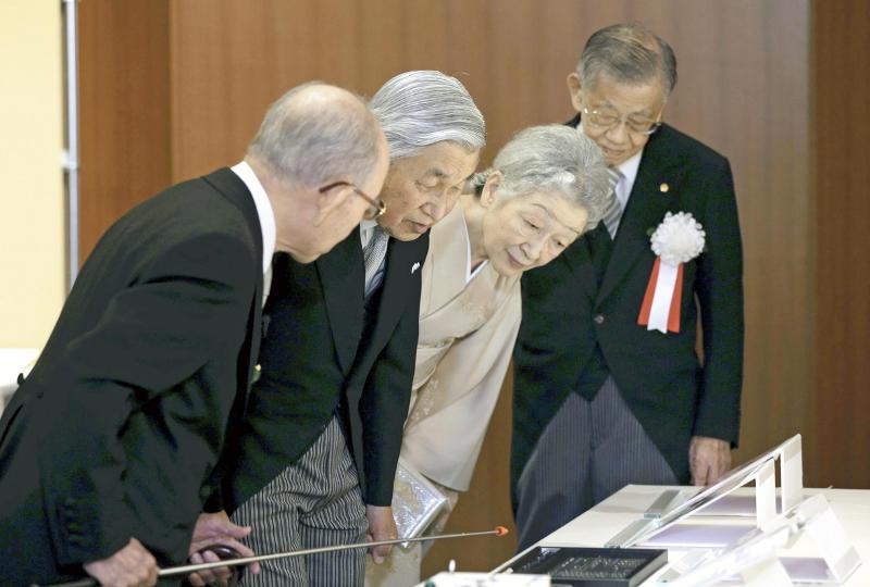 天皇、皇后両陛下に青色LED研究について説明する赤﨑教授(左)
