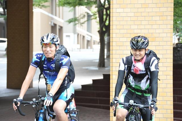 天白キャンパスを出発する山本さん(左)と中島さん(9月1日午前9時、天白キャンパス本部棟前で)
