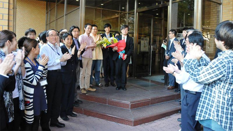 対談収録のため名城大学を訪れ、職員の歓迎を受ける天野教授
