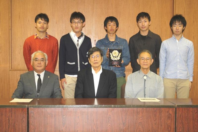 全国準優勝を報告したエコノパワークラブの部員たち(前列左から小瀬常勤理事、中根学長、村上教授)