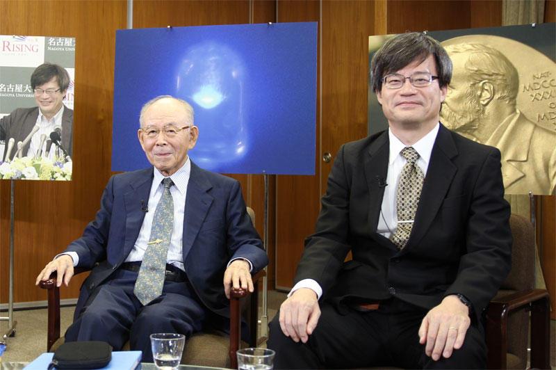 番組開始を待つ赤﨑教授と天野教授(天白キャンパス本部棟5階の第1会議室)
